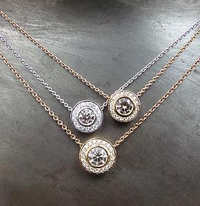 Goldketten in Weissgold und Rosegold mit weissen und braunen Brillanten.