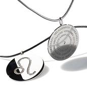 Individuelles Silberamulett mit Sternzeichen-Gravur und Edelsteinen