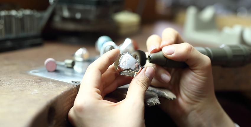 Der Goldring wird noch poliert in der Goldschmiedewerkstatt der Goldschmiedemeisterin und Desigenerin Ruth Sellack Stuttgart