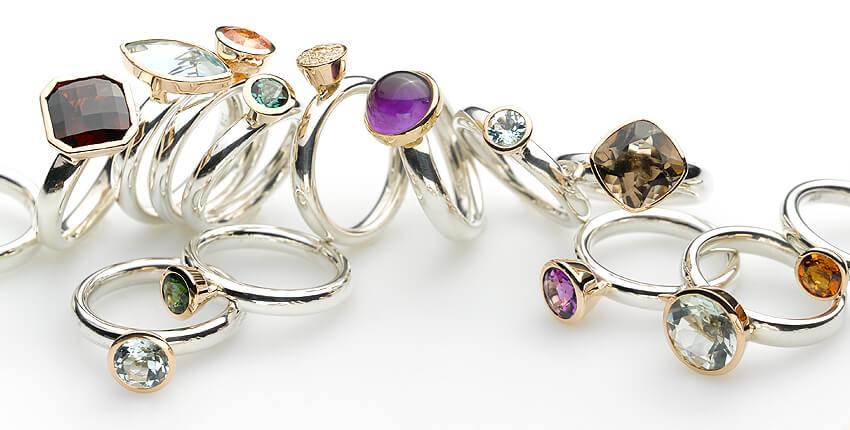 Harlekin-Ringe mit Farbedelstein in Gold gefasst von Ruth Sellack Schmuckobjekte Stuttgart