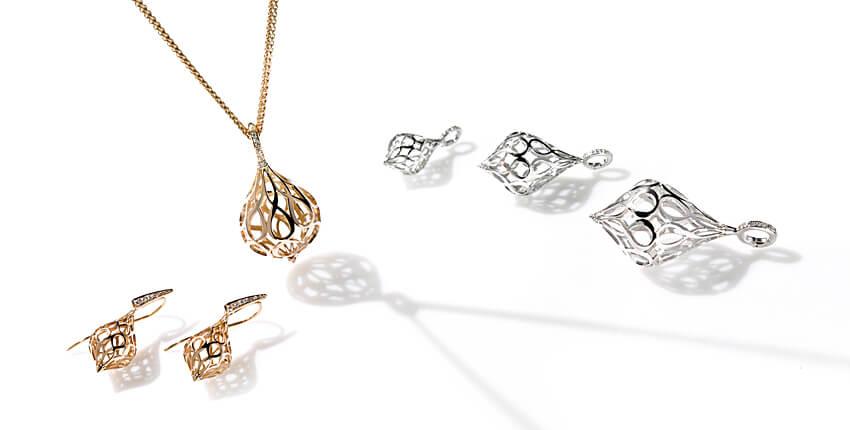 Rosé- und Weissgoldanhänger an Goldkette und kleinere Kettenanhänger, zum Teil mit Brillanten besetzt