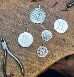 Individuelle Amulette mit Sternzeichen, Ornamenten und persönlicher Gravur