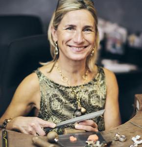 Ruth Sellack in der Goldschmiedewerkstatt, Schmuck Stuttgart